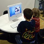 Pareja de niños ante un ordenador personal